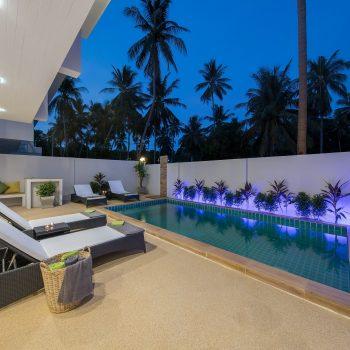 Villa Nabu - pool and terrace at night